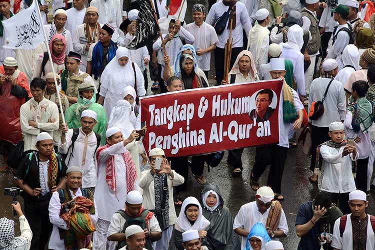Jutaan umat Islam peserta usai doa bersama dan melaksanakan ibadah shalat Jumat saat melakukan Long March menuju Bunderan HI , kendati lokasi itu diguyur hujan, di sekitar Bunderan Patung Kuda, Jakarta, 2 Desember 2016. Indonesia Press Photo/Eko S Hilman