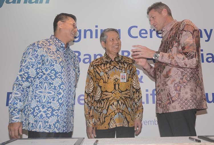 Presiden Direktur BCA Syariah, John Kosasih (kiri) berbincang dengan Presiden Direktur Prudential Indonesia, Jens Reisch (kanan) disaksikan Direktur BCA, Suwignyo Budiman seusai melakukan penandatangan perjanjian kerjasama terkait pemasaran produk bancassurance syariah di Menara BCA,Jakarta,Senin (28/11).Perjanjian ini merupakan awal dari kerjasama BCA syariah dengan Prudential Indonesia dalam hal pemasaran, distribusi,promosi dan penjualan produk produk bancassurance syariah di semua kantor cabang BCA Syariah yang diawali dengan produk PRUaman syariah yakni, produk asuransi jiwa pembiayaan syariah yang dirancang untuk kebutuhan Lembaga Keuangan Mikro (LKM) dan nasabahnya dengan prosedur administrasi yang sederhana.