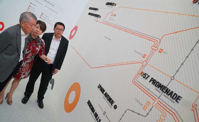 CEO dan Presiden Direktur Intiland Hendro Gondokusumo (kiri) didampingi Direktur Pengelolaan Modal dan Investasi Intiland Archied Notopradono (kanan) dan Direktur Pemasaran Intiland Susan Pranata melihat peta lokasi produk-produk Intiland Development disela-sela gelaran Intiland Expo 2017 di Jakarta, Kamis (12/10/2017). Pada expo tersebut, dipamerakan berbagai produk seperti kondominium, perumaham, perkantoran, ritel, dan pergudangan dengan lokasi yang strategis.Perusahaan pengembang properti PT Intiland Development Tbk menggelar pameran properti terpadu Intiland Expo 2017 di Main Atrium Senayan City, di Jakarta, selama empat hari. Pembukaan pameran yang menghadirkan produk-produk Intiland tersebut berlangsung di Jakarta, Kamis (12/10/2017) dan berakhir pada Minggu (15 /10/2017). Penyelenggaraan pameran bertujuan memberikan kemudahan bagi masyarakat untuk mendapatkan produk-produk terbaik dari Intiland, khususnya yang berlokasi di Jakarta dan sekitarnya. Pada expo tersebut, dipamerakan berbagai produk seperti kondominium, perumaham, perkantoran, ritel, dan pergudangan dengan lokasi yang strategis.