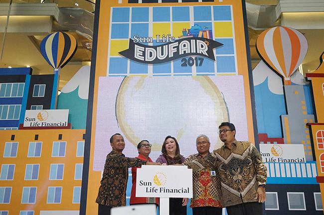 (Dari kiri ke kanan) , Deputi Komisioner OJK Bidang Edukasi dan Perlindungan Konsumen Sardjito, Menteri Pemberdayaan Perempuan dan Perlindungan Anak Yohana Yambise, Presdir Sunlife Indonesia Elin Waty, Direktur Pembinaan Dasar Kementerian Pendidikan Wawan Wirdayat dan Pemimpin Redaksi Koran Sindo Pung Purwanto secara simbolis menekan tombol bersama menandai Pembukaan Sun Life Edufair 2017 di Kota Kasablanka, Jakarta, Jumat (20/10/2017). Sun Life Edu Fair 2017 menggelar pameran edukatif tahunan untuk membantu keluarga Indonesia mendapatkan informasi komprehensif seputar kebutuhan pendidikan anak.