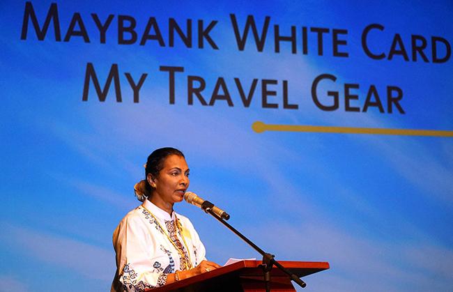"""Direktur Keuangan Maybank Indonesia Thila Nadason menyampaikan sambutan saat melakukan relaunch Maybank White Card di Jakarta (23/10).  Dengan tagline """"Maybank White Card, My Travel Gear"""", kartu ini memiliki keutamaan untuk memudahkan kaum muda dalam melakukan traveling dengan 8 (delapan) benefit baru, mencakup  bonus BIG point AirAsia, kurs valuta asing yang sangat kompetitif, program loyalitas, asuransi kecelakaan dan ketidaknyamanan perjalanan, bebas iuran bulanan selama 24 bulan pertama, cash back, serta promo cicilan 0% dan diskon hingga 30%."""