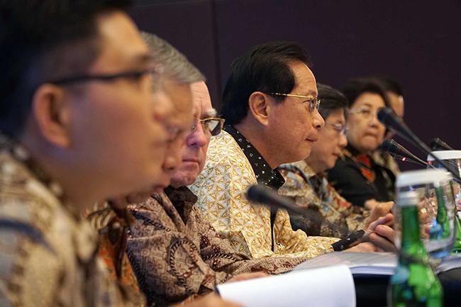 Presiden Direktur PT Bank Central Asia Tbk (BCA) Jahja Setiaatmadja (tengah) bersama jajaran Direksi dan Komisaris saat  memberikan keterangan pers Hasil Kinerja Sembilan Bulan Pertama 2017 BCA di Jakarta, Kamis (26/10). Kinerja keuangan BCA sepanjang sembilan bulan pertama tahun 2017 mengalami peningkatan laba bersih sebesar 11,3 persen menjadi Rp16,8 triliun, dari Rp15,1 triliun pada periode yang sama tahun sebelumnya.