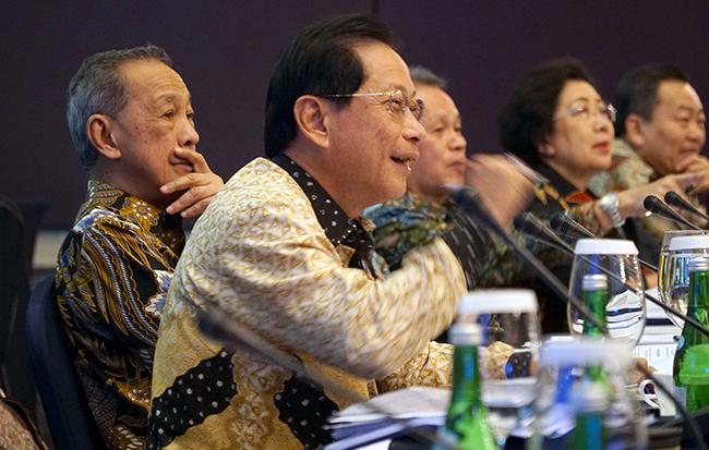 Presiden Direktur PT Bank Central Asia Tbk (BCA) Jahja Setiaatmadja (kiri) bersama jajaran Direksi dan Komisaris saat  memberikan keterangan pers Hasil Kinerja Sembilan Bulan Pertama 2017 BCA di Jakarta, Kamis (26/10). Kinerja keuangan BCA sepanjang sembilan bulan pertama tahun 2017 mengalami peningkatan laba bersih sebesar 11,3 persen menjadi Rp16,8 triliun, dari Rp15,1 triliun pada periode yang sama tahun sebelumnya.