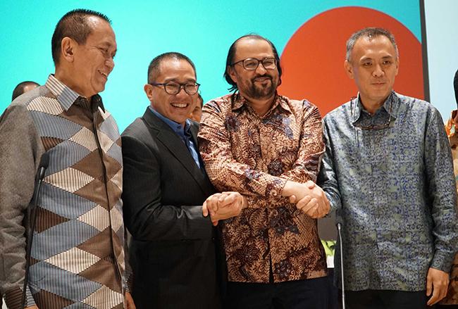 (dari kiri ke kanan) Komisaris Indosat Ooredoo, Chris Kanter, Direktur Utama  dan CEO Indosat Ooredoo periode sebelumnya, Alexander Rusli,Komisaris Utama Indosat Ooredoo, Waleed Mohamed Ebrahim Alsayed,serta Direktur Utama & CEO Indosat yang baru Joy Wahyudi usai Rapat Umum Pemegang Saham Luar Biasa (RUPSLB) di Jakarta, Selasa (14/11). RUPSLB Indosat Ooredo menyetujui pengangkatan Joy Wahyudi sebagai Direktur Utama & CEO Indosat Ooredoo menggantikan Alexander Rusli.