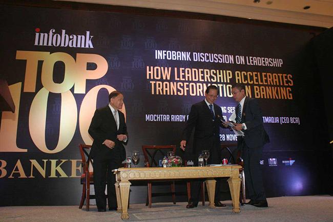 """Pendiri Lippo Group Mochtar Riady (kiri) dan Presiden Direktur PT Bank Central Asia Tbk (BCA) Jahja Setiaatmadja (tengah) bersama Pemimpin Redaksi  Majalah Infobank Eko B Supriyanto saat menjadi narasumber dalam diskusi """"How Leadership Accelerates Transformation in Banking """" di jakarta selasa (28/11). Majalah Infobank menggelar diskusi  tantangan dunia perbankan di era ekonomi digital."""