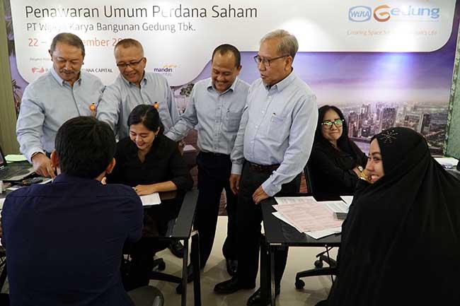 """( Dari Kiri-kanan)  PT Abiprayadi Riyanto - Direktur Keuangan  PT Wijaya Karya Bangunan Gedung Tbk, Widhi Pudjiono - Direktur Operasi I , Nariman Prasetyo - Direktur Utama , Nur Al Fata , Direktur Human Capital & Pengembangan Investasi mendatangi dan berdialog dengan investor disela kegiatan masa penawaran umum saham yang dimulai pada tanggal 22- 24 November 2017 di Jakarta, Rabu (22/11).WIKA Gedung menawarkan sebanyak-banyaknya 2.872.000.000 saham setelah penawaran umum perdana (initial public offering/IPO).Harga penawaran umum berada pada Rp 290 per saham. Maka dari itu, PT Wijaya  Karya Bangunan Gedung Tbk menargetkan dana yang diraih sebesar Rp 832.880.000.000.Perseroan berencana mengalokasikan 70% dana hasil IPO untuk investasi dan konsesi,serta sisanya 30% untuk modal kerja.WIKA Gedung bergerak di bidang usaha konstruksi bangunan gedung dengan memposisikan diri sebagai 'Total Solution Contractor"""" dan senantiasa memberikan solusi bernilai tambah, pelayanan terbaik dalam safety& quality.Saat ini WIKA Gedung fokus pada pengembangan usaha melalui transformasi bisnis property ke arah investasi dan konsesi."""