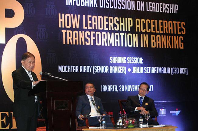 """Pendiri Lippo Group Mochtar Riady (kiri) dan Presiden Direktur PT Bank Central Asia Tbk (BCA) Jahja Setiaatmadja (kanan) bersama Pemimpin Redaksi  Majalah Infobank Eko B Supriyanto saat menjadi narasumber dalam diskusi """"How Leadership Accelerates Transformation in Banking """" di jakarta selasa (28/11). Majalah Infobank menggelar diskusi  tantangan dunia perbankan di era ekonomi digital."""