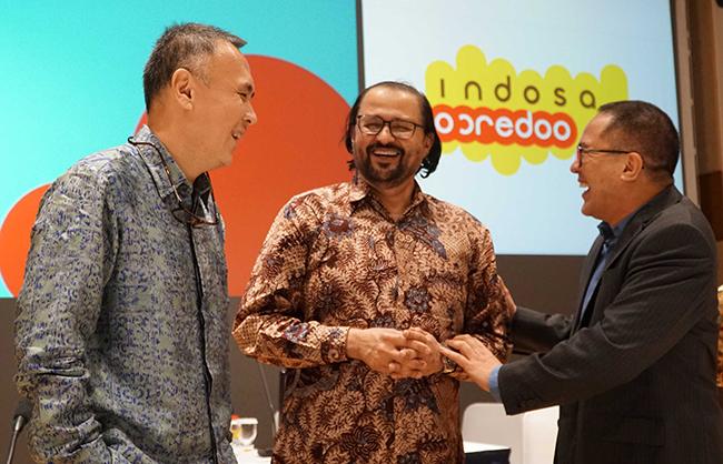 Komisaris Utama Indosat Oredo Waleed Mohamed Ebrahim Alsayed (tengah) berjabat tangan dengan Direktur Utama & CEO Indosat yang baru Joy Wahyudi (kiri) dan Direktur Utama & CEO 2012-2017 Alexander Rusli (kanan) berbincang usai Rapat Umum Pemegang Saham Luar Biasa (RUPSLB) di Jakarta, Selasa (14/11). RUPSLB Indosat Ooredo menyetujui pengangkatan Joy Wahyudi sebagai Direktur Utama & CEO Indosat Ooredoo menggantikan Alexander Rusli.