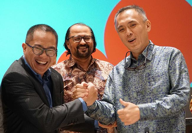 Komisaris Utama Indosat Oredo Waleed Mohamed Ebrahim Alsayed (tengah) berjabat tangan dengan Direktur Utama & CEO Indosat yang baru Joy Wahyudi (kiri) dan Direktur Utama & CEO 2012-2017 Alexander Rusli (kanan) usai Rapat Umum Pemegang Saham Luar Biasa (RUPSLB) di Jakarta, Selasa (14/11). RUPSLB Indosat Ooredo menyetujui pengangkatan Joy Wahyudi sebagai Direktur Utama & CEO Indosat Ooredoo menggantikan Alexander Rusli.