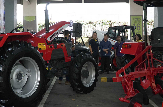 Suasana gelar produk dalam kegiatan Customer Day di Jakarta, Kamis (16/11).IPW customer day merupakan acara mempererat hubungan dengan para mitra strategis dengan memperkenalkan unit alat berat terbaru IPW. Seiring meningkatnya pembangunan infrastruktur, laba IPW mengalami peningkatan 40 persen atau setara Rp 243 miliar pada september 2017 naik Rp 174 miliar dari tahun lalu .Manajemen IPW mentargetkan di akhir tahun 2017 pendapatan akan meningkat 40 persen dibanding akhir tahun 2016 yang sebesar Rp 246 Miliar.
