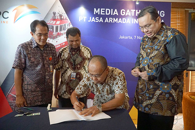 (dari kiri ke kanan), Direktur Komersial& Operasi PT Jasa Armada Indonesia, Capt.Supardi,Direktur Keuangan & SDM PT Jasa Armada Indonesia, Herman Susilo  Direktur Keuangan PT Pelindo II,Iman Rachman (kanan) menyaksikan Direktur Utama PT Jasa Armada Indonesia, Dawam Atmosudiro saat  penandatangan akta inbreng di Jakarta, Selasa (7/11), dimana IPC menambah suntikan modal di JAI dengan menyerahkan sebanyak 21 kapal  sehingga jumlah kapal yang dimiliki oleh JAI sendiri menjadi 23 kapal. PT Jasa Armada Indonesia (JAI) akan menjadi perusahaan jasa pemanduan dan penundaan kapal pertama di Indonesia bahkan di Asia yang akan go public.Sebagai perusahaan yang melaksanakan jasa pemanduan dan penundaan kapal, perseroan memiliki captive market di wilayah pelabuhan paling strategis di Indonesia, yaitu 12 pelabuhan yang dikelola IPC. saat ini JAI mengoperasikan 75 kapal serta paling andal melayani 25 ribu kapal/tahun dengan zero accident.