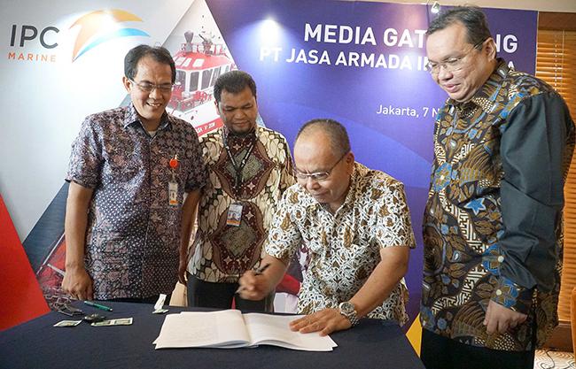(dari kiri ke kanan), Direktur Komersial& Operasi PT Jasa Armada Indonesia, Capt.Supardi,Direktur Keuangan & SDM PT Jasa Armada Indonesia, Herman Susilo  Direktur Keuangan PT Pelindo II,Iman Rachman (kanan) menyaksikan Direktur Utama PT Jasa Armada Indonesia, Dawam Atmosudiro saat  penandatangan akta inbreng di Jakarta, Selasa (7/11), dimana IPC menambah suntikan modal di JAI dengan menyerahkan sebanyak 21 kapal  sehingga jumlah kapal yang dimiliki oleh JAI sendiri menjadi 23 kapal. PT Jasa Armada Indonesia (JAI) akan menjadi perusahaan jasa pemanduan dan penundaan kapal pertama di Indonesia bahkan di Asia yang akan go public.Sebagai perusahaan yang melaksanakan jasa pemanduan dan penundaan kapal, perseroan memiliki captive market di wilayah pelabuhan paling strategis di Indonesia, yaitu 12 pelabuhan yang dikelola IPC. saat ini JAI mengoperasikan 75 kapal serta paling andal melayani 25 ribu kapal/tahun dengan zero accident. Anak usaha PT Pelindo II (IPC) tersebut siap menggelar penawaran umum perdana (IPO) saham pada Desember 2017.