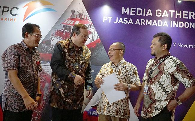 (dari kiri ke kanan), Direktur Komersial& Operasi PT Jasa Armada Indonesia, Capt.Supardi, Direktur Keuangan PT Pelindo II,Iman Rachman, Direktur Utama PT Jasa Armada Indonesia, Dawam Atmosudiro, serta Direktur Keuangan & SDM PT Jasa Armada Indonesia, Herman Susilo saling berbincang  seusai penandatangan akta inbreng di Jakarta, Selasa (7/11), dimana IPC menambah suntikan modal di JAI dengan menyerahkan sebanyak 21 kapal  sehingga jumlah kapal yang dimiliki oleh JAI sendiri menjadi 23 kapal. PT Jasa Armada Indonesia (JAI) akan menjadi perusahaan jasa pemanduan dan penundaan kapal pertama di Indonesia bahkan di Asia yang akan go public.Sebagai perusahaan yang melaksanakan jasa pemanduan dan penundaan kapal, perseroan memiliki captive market di wilayah pelabuhan paling strategis di Indonesia, yaitu 12 pelabuhan yang dikelola IPC. saat ini JAI mengoperasikan 75 kapal serta paling andal melayani 25 ribu kapal/tahun dengan zero accident.Anak usaha PT Pelindo II (IPC) tersebut siap menggelar penawaran umum perdana (IPO) saham pada Desember 2017.