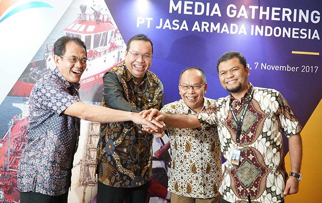 (dari kiri ke kanan), Direktur Komersial& Operasi PT Jasa Armada Indonesia, Capt.Supardi, Direktur Keuangan PT Pelindo II,Iman Rachman, Direktur Utama PT Jasa Armada Indonesia, Dawam Atmosudiro, serta Direktur Keuangan & SDM PT Jasa Armada Indonesia, Herman Susilo saling bertumpu tangan seusai penandatangan akta inbreng di Jakarta, Selasa (7/11), dimana IPC menambah suntikan modal di JAI dengan menyerahkan sebanyak 21 kapal  sehingga jumlah kapal yang dimiliki oleh JAI sendiri menjadi 23 kapal. PT Jasa Armada Indonesia (JAI) akan menjadi perusahaan jasa pemanduan dan penundaan kapal pertama di Indonesia bahkan di Asia yang akan go public.Sebagai perusahaan yang melaksanakan jasa pemanduan dan penundaan kapal, perseroan memiliki captive market di wilayah pelabuhan paling strategis di Indonesia, yaitu 12 pelabuhan yang dikelola IPC. saat ini JAI mengoperasikan 75 kapal serta paling andal melayani 25 ribu kapal/tahun dengan zero accident.Anak usaha PT Pelindo II (IPC) tersebut siap menggelar penawaran umum perdana (IPO) saham pada Desember 2017.
