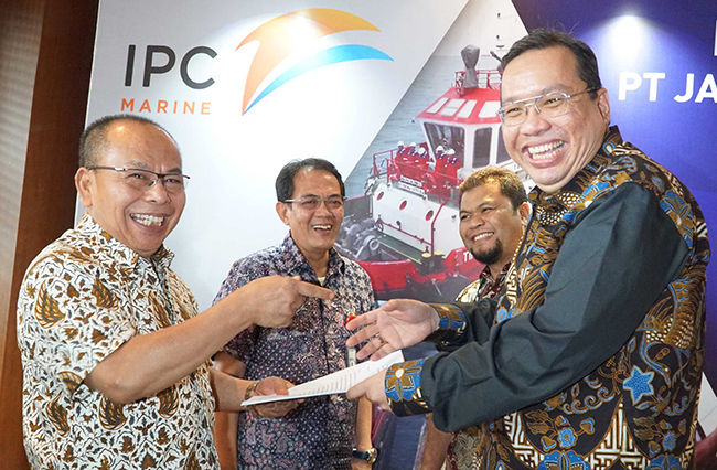 Direktur Komersial& Operasi PT Jasa Armada Indonesia, Capt.Supardi (kedua kiri) ,Direktur Keuangan & SDM PT Jasa Armada Indonesia, Herman Susilo (kedua kanan Direktur Keuangan PT Pelindo II,Iman Rachman (kanan) dan  Direktur Utama PT Jasa Armada Indonesia, Dawam Atmosudiro saat  penandatangan akta inbreng di Jakarta, Selasa (7/11), dimana IPC menambah suntikan modal di JAI dengan menyerahkan sebanyak 21 kapal  sehingga jumlah kapal yang dimiliki oleh JAI sendiri menjadi 23 kapal. PT Jasa Armada Indonesia (JAI) akan menjadi perusahaan jasa pemanduan dan penundaan kapal pertama di Indonesia bahkan di Asia yang akan go public.Sebagai perusahaan yang melaksanakan jasa pemanduan dan penundaan kapal, perseroan memiliki captive market di wilayah pelabuhan paling strategis di Indonesia, yaitu 12 pelabuhan yang dikelola IPC. saat ini JAI mengoperasikan 75 kapal serta paling andal melayani 25 ribu kapal/tahun dengan zero accident. Anak usaha PT Pelindo II (IPC) tersebut siap menggelar penawaran umum perdana (IPO) saham pada Desember 2017.