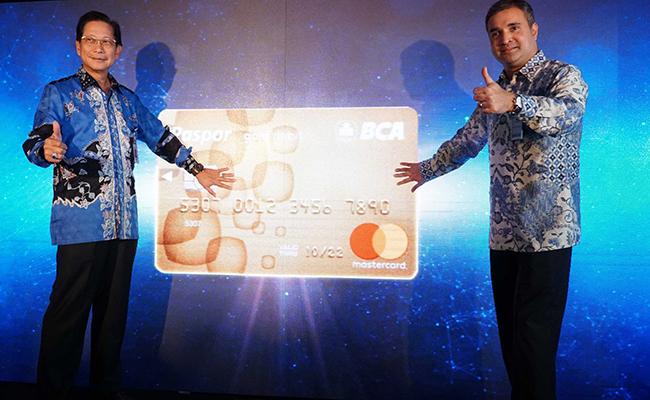 Presiden Direktur BCA Jahja Setiaatmadja (kiri) bersama dengan   Co-President Asia Pasific Mastercard,  Ari Sarker memperlihatkan kartu baru saat peluncurannya di Menara BCA, Jakarta, Selasa (21/11). Kartu paspor BCA Mastercard tersebut mengunakan teknologi chip sesuai dengan aturan yang ditetapkan oleh Bank Indonesia. Dengan melakukan pergantian kartu debit yang saat ini digunakan dengan kartu paspor BCA  Mastercard, Nasabah dapat mengakses lebih dari 40 juta merchant dan terkoneksi dengan jaringan Mastercard di 210 negara di seluruh dunia.