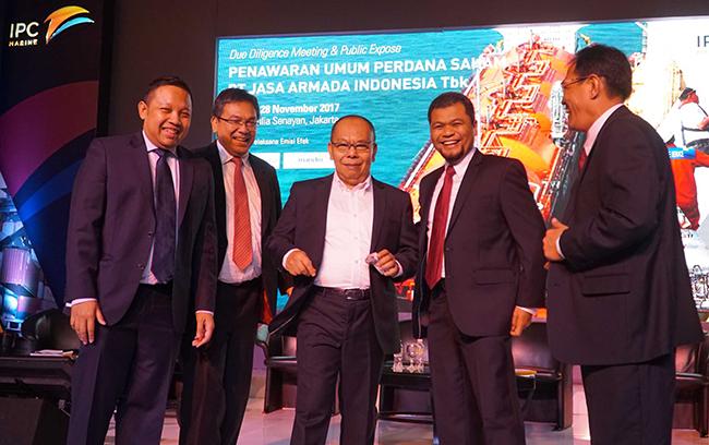 (dari kiri ke kanan) Director Head of Investment Banking Mandiri Sekuritas, Primonanto Budi Atmojo, Direktur Danareksa sekuritas, Boumedine sihombing, Direktur Utama PT Jasa Armada Indonesia Tbk,Dawam Atmosudiro,Direktur keuangan PT Jasa Armada Indonesia Tbk, Herman susilo,Direktur Operasional&Komersial PT Jasa Armada Indonesia Tbk,Supardi berbincang seusai penawaran saham di Jakarta, Selasa (28/11).PT Jasa Armada Indonesia Tbk, anak usaha PT Pelabuhan Indonesia II, menawarkan saham sebanyak-banyaknya 1.743 milyar saham baru atau setara 30% melalui penawaran umum perdana saham. Perseroaan berencana menambah armada untuk segmen bisnis ship to ship, jalur kanal dan pelabuhan swasta. Perseroan mengalokasikan 90% dari hasil IPO untuk membiayai belanja modal (capital expenditure/capex).Sisanya 10% untuk modal kerja (working capital).