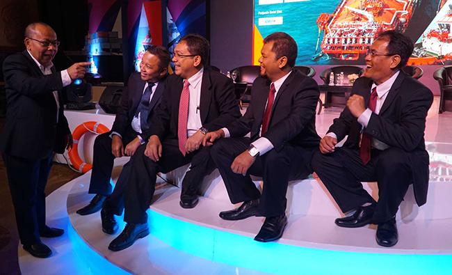 Direktur Utama PT Jasa Armada Indonesia Tbk,Dawam Atmosudiro (kiri) berbincang dengan Director Head of Investment Banking Mandiri Sekuritas, Primonanto Budi Atmojo, Direktur Danareksa sekuritas, Boumedine sihombing,Direktur keuangan PT Jasa Armada Indonesia Tbk, Herman susilo,Direktur Operasional&Komersial PT Jasa Armada Indonesia Tbk,Supardi berbincang seusai penawaran saham di Jakarta, Selasa (28/11).PT Jasa Armada Indonesia Tbk, anak usaha PT Pelabuhan Indonesia II, menawarkan saham sebanyak-banyaknya 1.743 milyar saham baru atau setara 30% melalui penawaran umum perdana saham. Perseroaan berencana menambah armada untuk segmen bisnis ship to ship, jalur kanal dan pelabuhan swasta. Perseroan mengalokasikan 90% dari hasil IPO untuk membiayai belanja modal (capital expenditure/capex).Sisanya 10% untuk modal kerja (working capital).