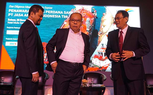 Direktur Utama PT Jasa Armada Indonesia Tbk,Dawam Atmosudiro (tengah) bersama ,Direktur keuangan PT Jasa Armada Indonesia Tbk, Herman susilo (kiri) ,Direktur Operasional&Komersial PT Jasa Armada Indonesia Tbk,Supardi berbincang seusai penawaran saham di Jakarta, Selasa (28/11).PT Jasa Armada Indonesia Tbk, anak usaha PT Pelabuhan Indonesia II, menawarkan saham sebanyak-banyaknya 1.743 milyar saham baru atau setara 30% melalui penawaran umum perdana saham. Perseroaan berencana menambah armada untuk segmen bisnis ship to ship, jalur kanal dan pelabuhan swasta. Perseroan mengalokasikan 90% dari hasil IPO untuk membiayai belanja modal (capital expenditure/capex).Sisanya 10% untuk modal kerja (working capital).