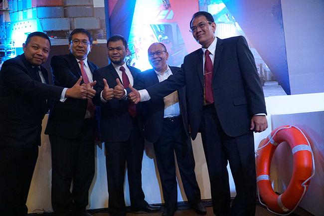 (dari kiri ke kanan) Director Head of Investment Banking Mandiri Sekuritas, Primonanto Budi Atmojo, Direktur Danareksa sekuritas, Boumedine sihombing, Direktur Utama PT Jasa Armada Indonesia Tbk,Dawam Atmosudiro,Direktur keuangan PT Jasa Armada Indonesia Tbk, Herman susilo,Direktur Operasional&Komersial PT Jasa Armada Indonesia Tbk,Supardi mengacungkan jempol bersama sama seusai penawaran saham di Jakarta, Selasa (28/11).PT Jasa Armada Indonesia Tbk, anak usaha PT Pelabuhan Indonesia II, menawarkan saham sebanyak-banyaknya 1.743 milyar saham baru atau setara 30% melalui penawaran umum perdana saham. Perseroaan berencana menambah armada untuk segmen bisnis ship to ship, jalur kanal dan pelabuhan swasta. Perseroan mengalokasikan 90% dari hasil IPO untuk membiayai belanja modal (capital expenditure/capex).Sisanya 10% untuk modal kerja (working capital).