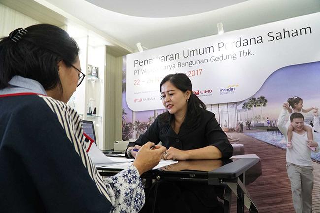 """Sejumlah investor melakukan validasi dan mengisi formulir pemesanan saat disela kegiatan masa penawaran umum saham yang dimulai pada tanggal 22- 24 November 2017 di Jakarta, Rabu (22/11).WIKA Gedung menawarkan sebanyak-banyaknya 2.872.000.000 saham setelah penawaran umum perdana (initial public offering/IPO).Harga penawaran umum berada pada Rp 290 per saham. Maka dari itu, PT Wijaya  Karya Bangunan Gedung Tbk menargetkan dana yang diraih sebesar Rp 832.880.000.000.Perseroan berencana mengalokasikan 70% dana hasil IPO untuk investasi dan konsesi,serta sisanya 30% untuk modal kerja.WIKA Gedung bergerak di bidang usaha konstruksi bangunan gedung dengan memposisikan diri sebagai 'Total Solution Contractor"""" dan senantiasa memberikan solusi bernilai tambah, pelayanan terbaik dalam safety& quality.Saat ini WIKA Gedung fokus pada pengembangan usaha melalui transformasi bisnis property ke arah investasi dan konsesi."""