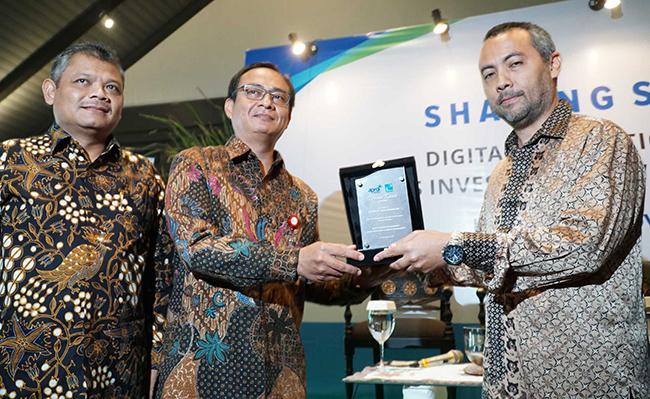 """Direktur PT Praisindo, Boyke Bader Brillianto dan Ketua Presidium Dewan APRDI (Asosiasi Pengelola Reksadana), Prihatmo Hari Mulyanto menyerahkan cinderamata kepada Direktur Pengelola Investasi OJK, Sujanto,disela kegiatan sharing session kerjasama APRDI dengan Praisindo di Jakarta, Rabu (22/11). Kegiatan bertajuk """" Digital Disruption terhadap Bisnis Investment & Wealth Management"""" mengundang sekitar 50 klien yang terdiri dari Bank dan Manager Investasi."""