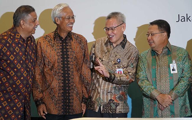Direktur PT Bank Central Asia Tbk Rudy Susanto (kedua dari kanan), Direktur Utama PT PLN (Persero) Sofyan Basir (kiri), dan Direktur Keuangan PLN Sarwono Sudarto (kedua dari kiri) dan Wakil Direktur Utama Bank Mandiri , Sulaiman A. Arianto (kanan) berbincang usai menandatangani perjanjian kredit sindikasi di Jakarta pada Kamis (2/11). BCA bersama dengan perbankan dan lembaga keuangan lainnya memberikan dukungan bagi kelistrikan di Indonesia melalui pembiayaan fasilitas kredit sindikasi senilai Rp 12 triliun. Dalam kredit sindikasi (konsorsium) tersebut, BCA berkontribusi sebesar Rp2,5 triliun untuk melengkapi kredit dan pembiayaan dari kreditur lainnya.