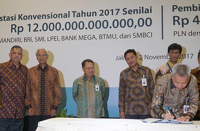 Direktur PT Bank Central Asia Tbk Rudy Susanto (kanan ) disaksikan  Direktur Utama PT PLN (Persero) Sofyan Basir (kiri), dan Direktur Keuangan PLN Sarwono Sudarto (kedua dari kiri) dan Wakil Direktur Utama Bank Mandiri , Sulaiman A. Arianto (kanan) serta manajemen perbankan dan lembaga keuangan lainnnya  saat  menandatangani perjanjian kredit sindikasi di Jakarta pada Kamis (2/11). BCA bersama dengan perbankan dan lembaga keuangan lainnya memberikan dukungan bagi kelistrikan di Indonesia melalui pembiayaan fasilitas kredit sindikasi senilai Rp 12 triliun. Dalam kredit sindikasi (konsorsium) tersebut, BCA berkontribusi sebesar Rp2,5 triliun untuk melengkapi kredit dan pembiayaan dari kreditur lainnya.