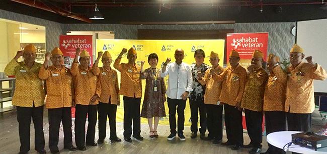 Photo 1 - Auddie Wiranata PresDir Astra Life,Stephanie Kesuma Direktur Astra Life dan Kriswiyanto Muliawan Ketua Umum Yayasan Sahabat Veteran dan LVRI Jaktim di penyerahan donasi MBB 2017-a