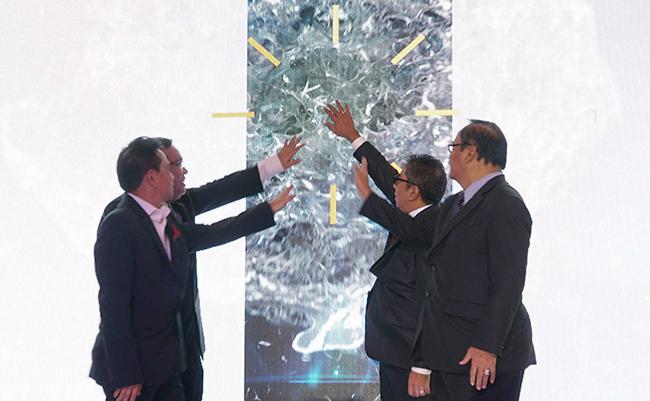 Penekanan layar sentuh oleh jajaran direksi dan komisaris menandai puluncuran anak perusahaan baru yang bergerak khusus di bidang investasi bernama PT Pelabuhan Indonesia (PII) di Jakarta, Senin (11/12). Komposisi kepemilikan modal dari PT Pelabuhan Indonesia Investama (PII) adalah 99% milik IPC dan 1% milik PT Multi Terminal Indonesia yang juga merupakan salah satu anak perusahaan IPC.Anak perusahaan ke 17 dari IPC ini memiliki visi menjadi perusahaan investasi yang terkemuka di sektor kepelabuhanan dan pendukungnya yang bertujuan untuk menciptakan nilai yang maksimal bagi stakeholders melalui standar pengelolaan yang berkelas dunia. Hingga 2022 PII diproyeksikan mencapai asset sebesar Rp 11,7 T dengan Return on Equity (ROE) sebesar 16%.