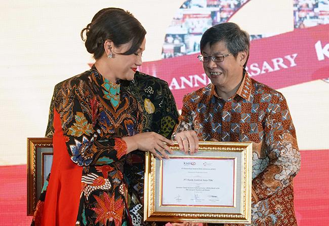 Direktur BCA Henry Koenaifi menerima penghargaan dari Direktur Utama KSEI Friderica Widyasari Dewi saat perayaan HUT ke 20 KSEI di Jakarta, Rabu malam (24/1/2018). BCA meraih dua penghargaan pada acara tersebut. PT Kustodian Sentral Efek Indonesia (KSEI) merayakan HUT ke-20 yang diselenggarakan di Jakarta (24/1/2018) malam. Pada acara tersebut diberikan penghargaan kepada Asosiasi, perusahaan efek, dan emiten yang dianggap berperan serta dalam perjalanan KSEI. Bank Central Asia meraih penghargaan untuk kategori Investor Fund Account Administrator (RDN) Bank with The Largest Number of Clients dan Issuer with The Highest Value of Scriptless Securities. Sejak tahun 2011, BCA memberi dukungan kepada KSEI sebagai salah satu bank administrator RDN dari 15 bank yang telah berpartisipasi.