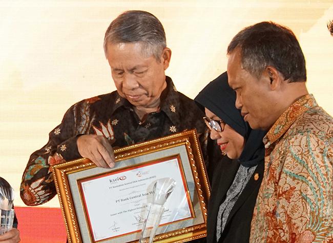 Wakil Ketua DK OJK Nurhaida, Kepala Eksekutif Pengawas Pasar Modal OJK Hoesen saat menyerahkan penghargaan kepada Direktur BCA Suwignyo Budiman pada perayaan HUT ke 20 KSEI di Jakarta, Rabu (24/1/2018) malam.BCA meraih dua penghargaan pada acara tersebut.PT Kustodian Sentral Efek Indonesia (KSEI) merayakan HUT ke-20 yang diselenggarakan di Jakarta (24/1/2018) malam. Pada acara tersebut diberikan penghargaan kepada Asosiasi, perusahaan efek, dan emiten yang dianggap berperan serta dalam perjalanan KSEI. Bank Central Asia meraih penghargaan untuk kategori Investor Fund Account Administrator (RDN) Bank with The Largest Number of Clients dan Issuer with The Highest Value of Scriptless Securities. Sejak tahun 2011, BCA memberi dukungan kepada KSEI sebagai salah satu bank administrator RDN dari 15 bank yang telah berpartisipasi.