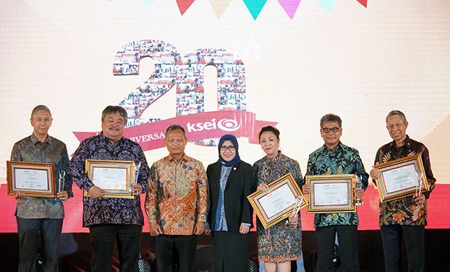 Para penerima penghargaan berfoto bersama,PT Kustodian Sentral Efek Indonesia (KSEI) merayakan HUT ke-20 yang diselenggarakan di Jakarta (24/1/2018) malam.