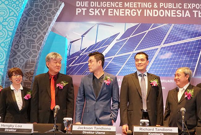 (dari kiri ke kanan) Direktur Independen PT Sky Energy Indonesia Tbk, Pui Siat Ha, Direktur, Hengky Loa, Direktur Utama, Jackson Tandiono, Komisaris, Richard Tandiono serta Komisaris Independen, Henry Gamra Rachmat berbincang sesaat sebelum melakuakn penawaran umum saham perdana (Initial Public Offering/IPO) di Jakarta, selasa (20/2). Perseroan yang merupakan produsen modul surya terbesar di Indonesia, Pertama dan satu satunya produsen sel surya dalam negeri dengan tingkat kandungan dalam begeri (TKDN) sebesar 43,5% mengeluarkan saham baru dari dalam simpanan (portepel) sebanyak banyaknya 203.256.000 saham biasa yang mewakili sekitar 20% dari modal yang telah ditempatkan dan disetor penuh dalam perseroan setelah penawaran umum perdana.Kenaikan volume penjualan hingga 2017 adalah sekitar 150% hal ini mengakibatkan penjualan meningkat sebesar 87% dari Rp 168.278 Juta menjadi Rp 314.924 juta.