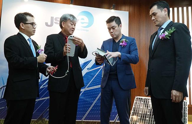 Direktur Utama PT Sky Energy Indonesia Tbk, Jackson Tandiono (kedua dari kanan) bersama jajaran Direksi dan komisaris lainnya berbincang sebelum melakukan penawaran umum saham perdana (Initial Public Offering/IPO) di Jakarta, selasa (20/2). Perseroan yang merupakan produsen modul surya terbesar di Indonesia, Pertama dan satu satunya produsen sel surya dalam negeri dengan tingkat kandungan dalam begeri (TKDN) sebesar 43,5% mengeluarkan saham baru dari dalam simpanan (portepel) sebanyak banyaknya 203.256.000 saham biasa yang mewakili sekitar 20% dari modal yang telah ditempatkan dan disetor penuh dalam perseroan setelah penawaran umum perdana.Kenaikan volume penjualan hingga 2017 adalah sekitar 150% hal ini mengakibatkan penjualan meningkat sebesar 87% dari Rp 168.278 Juta menjadi Rp 314.924 juta.