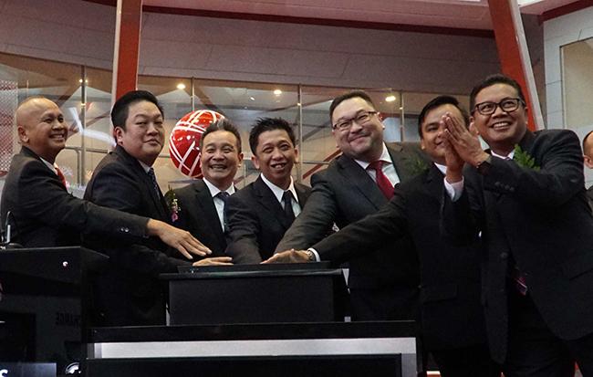 Jajaran Direksi dan Komisaris PT Borneo Olah Sarana Sukses (BOSS) saat hadir pada pembukaan perdagangan dan peresmian pencatatan saham perdana di Main Hall,Gedung Bursa Efek Indonesia,Jakarta, Kamis (15/2).BOSS mencatatkan saham perdananya dengan penawaran senilai Rp 400 per lembar sahamnya. Boss melakukan penawaran umum perdana saham sebanyak 400 juta lembar atau 28,57% dari modal ditempatkan dan disetor penuh sehingga berhasil meraih dana IPO senilai Rp 160 Miliar yang akan digunakan untuk meningkatkan produksi batubara grade tinggi dengan tingkat abu dan belerang yang sangat rendah serta diminati oleh pasar Jepang.