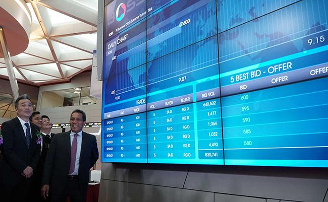 Direktur Bursa Efek Indonesia, Samsul Hidayat (kanan) berbincang Komisaris Utama, Freddy Setiawan saat pembukaan perdagangan dan peresmian pencatatan saham perdana di Main Hall,Gedung Bursa Efek Indonesia,Jakarta, Kamis (15/2).BOSS mencatatkan saham perdananya dengan penawaran senilai Rp 400 per lembar sahamnya. Boss melakukan penawaran umum perdana saham sebanyak 400 juta lembar atau 28,57% dari modal ditempatkan dan disetor penuh sehingga berhasil meraih dana IPO senilai Rp 160 Miliar yang akan digunakan untuk meningkatkan produksi batubara grade tinggi dengan tingkat abu dan belerang yang sangat rendah serta diminati oleh pasar Jepang.
