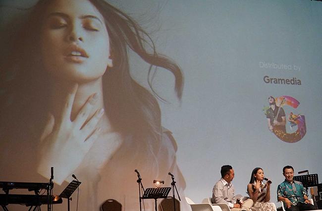 """Artis dan Co- Founder Gerakan# KejarMimpi, Maudy Ayunda (tengah) dan Managing Director Trinity Optima Production, Yonathan Nugroho (kanan)   saat jumpa pers peluncuran album barunya bertajuk """" Oxygen"""" di Jakarta, Kamis (15/2). CIMB Niaga melalui gerakan# KejarMimpi mendukung artis dan penyanyi muda Maudy Ayunda mengejar mimpinya untuk membuat album produksi sendiri yang terinspirasi dari gerakan# KejarMimpi. Melalui peluncuran album ini,CIMB Niaga mengajak generasi muda Indonesia menjadi pribadi yang positif dan selalu bersemangat mewujudkan mimpinya untuk membangun Indonesia yang lebih baik.Album """"Oxygen"""" adalah karya istimewa bagi Maudy Ayunda, dalam album ini dia tidak hanya berperan jadi penyanyi, tapi untuk pertama kalinya menjadi seorang produser musik."""